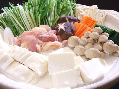 ■豆乳鍋レシピ(1〜2人前) ・豆乳:200 g ・昆布だし100 g ・塩:少々  ※お好みで調整してください。  ※入れ過ぎに注意です。 ・酒(料理酒):6 g(小さじ1と少し) ・みりん:12 g(大さじ4/5) ・醤油12 g(大さじ4/5) ・長ネギ:1本 ・白菜:1/4個 ・水菜:半袋 ・シメジ:半パック ・しいたけ:3個 ・絹ごし豆腐:70 g ・豚肩ロース:100 g  ■作り方 1.お鍋に「昆布だし」「酒(料理酒)」「みりん」「醤油」「豆乳」を入れます。  2.具材は適当な大きさに切っておき、  「1.」の鍋に具材を全て入れます。  ※野菜を周りにいれ、お肉は最後に   真ん中に入れると良いです。  3.鍋にフタをして火にかけます。(強火)  4.鍋が沸騰しそうになったら弱火にして  10〜15分ほど煮込んで完成です!    1人まで約450kcalとヘルシーなのも最高ですね♫  https://itunes.apple.com/jp/app/minnaga-shouseta!1ri5fen-shuidemo/id581817739?mt=8