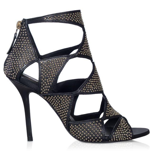 Sandale Prismick habillée de découpes géométriques en cuir recouvertes de minis clous métalliques, fermeture zippée à l'arrière et talon stiletto. La ligne Prismick se renouvèle à l'infini. Ce modèle se joue des transparences dans une association entre originalité et sensualité.