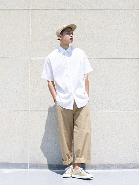 This is a perfect street style menswear look for Summer. Not only is it bringing in the anti-tailoring trend but the colours are light and complementary. Beige Chinos, White Shirt and Beige Hi-tops with a baseball cap - he's hitting a home run!