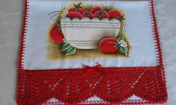 Pano de prato com tijela de tomates.