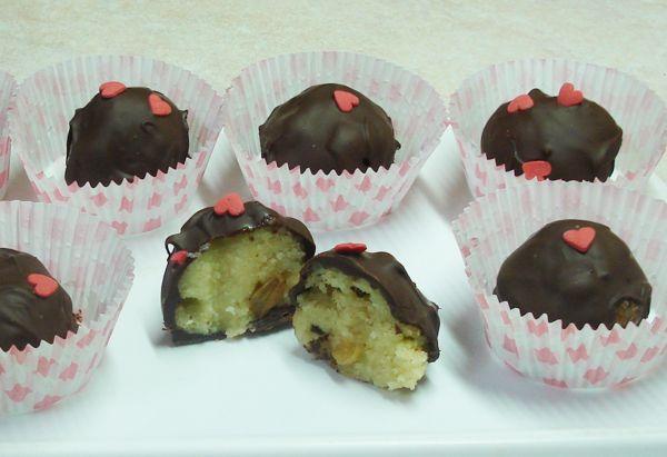 Χαλβαδάκια με σοκολάτα. Φτιάχνουμε εύκολα χαλβαδάκια με σταφίδες και σοκολάτα!