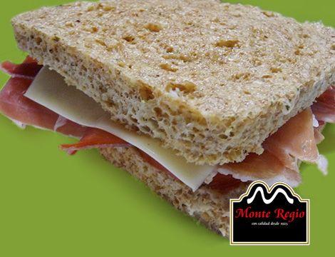Pan de molde integral tostado con jamón serrano #MonteRegio y queso en lonchas