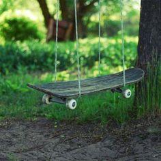 Mira este creativo columpio, si alguno de tus hijos ha dejado su patineta puedes reutilizarla o consigue una usada. No olvides reforzarla para evitar accidentes. Clava en la parte posterior una madera gruesa.