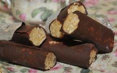Τα πουράκια της μαμάς απο τον Ακη Πετρετζικη Συστατικά Για τη γέμιση 500 γρ καρύδι τριμμένο 400 γρ ζάχαρη άχνη 1 κούπα τριμμένα μπισκότα μπι-μπερ 3 βανιλίνες 5 κ.σ. κονιάκ Χυμό από μισό έως ένα πορτοκάλι Για την επικάλυψη 750 γρ κουβερτούρα 3 κ.σ. σπορέλαιο Μέθοδος Εκτέλεσης Σε
