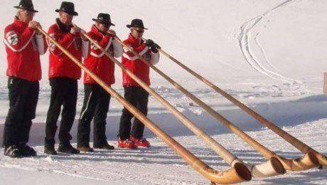 El Engiadina Alphorn Ensemble de Suiza tocará sus enormes instrumentos en el Mercado Agrícola.