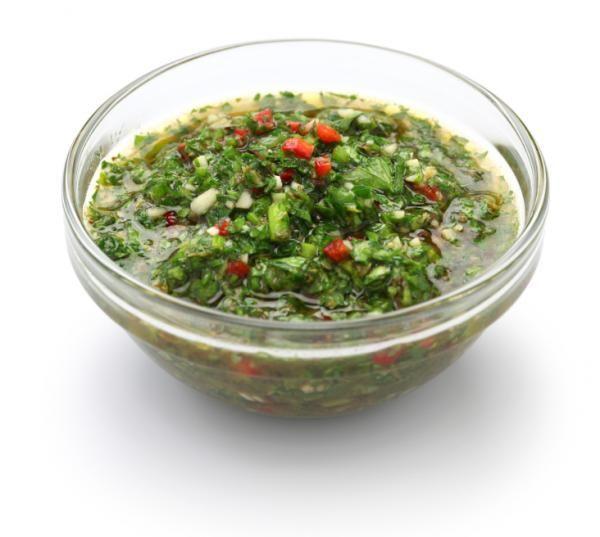 Cómo hacer salsa chimichurri. La salsa chimichurri es una salsa de consistencia líquida y muy condimentada. Existen distintas recetes de cómo preparar chimichurri, pero los ingredientes fundamentales para llevarla a cabo son: pere...