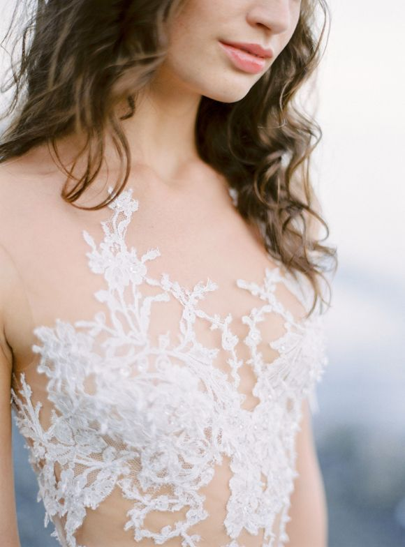 Featuring a jaw-dropping lace gown from PRONOVIAS this Mermaid inspired shoot by DARYA KAMALOVA is set on the Italian coast in Liguria. A beautiful veil and delicate golden headpiece from SIBO DESIGNS softens the gown and adds a more romantic touch. I mea