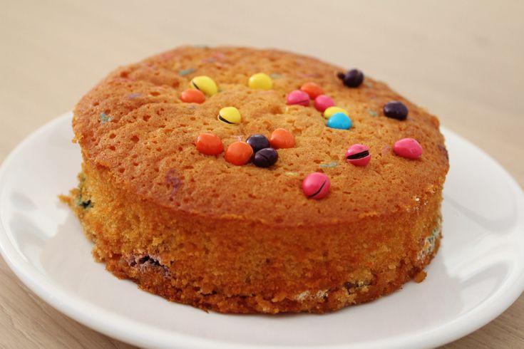 Wij zijn net zoals vele anderen gek op Nutella. Nutella op brood, wafels, pannenkoeken of zelfs over ijs. Het past overal bij. Waarom niet een lekkere cake? Een heerlijke sponzige cake, gevuld met nutella en smarties on top. Bereiding Verwarm de oven voor op 200 graden. Beginmet het mixen van de bloem, suiker en de...