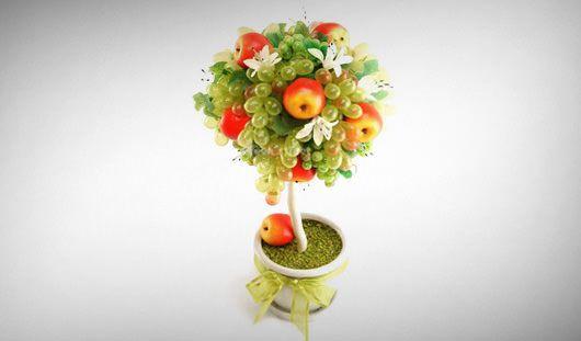 Именно фруктовый топиарий является символом благополучия и богатства. Для изготовления топиария с искусственными фруктами можно применить не только муляжи плодов, но так же и свежие овощи и фрукты. Вы...