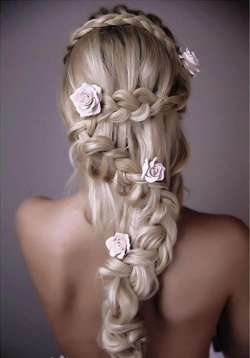 Découvrez la coiffure mariage tendance de cette année! La tresse en zig zag sur toute la longueur des cheveux.