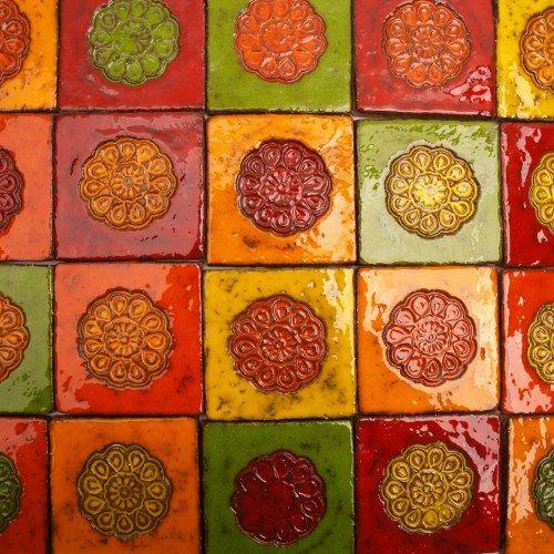 Dekory ceramiczne.  Zestaw kolorowych dekorów, 21sztuk.  Wymiary kafli: ok.10x10cm.  Montaż kafli odbywa się tak samo jak w przypadku tradycyjnej glazury.  Autor: Dolo Dekory