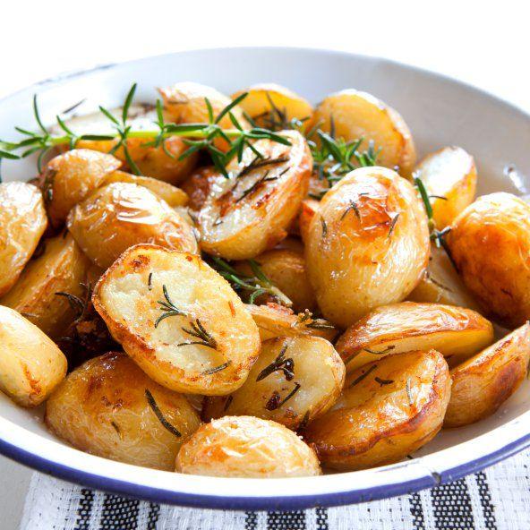 Las patatas son una verdadera maravilla. Son realmente deliciosas sin olvidarnos, claro, que pueden acompañar perfectamente cualquier comida. Mi propuesta de hoy para ElGranChef es una receta de patatas griegas. Ricas, crocantes y muy saludables. ¿Te apetecen? Pues toma nota de todos los ingredientes q