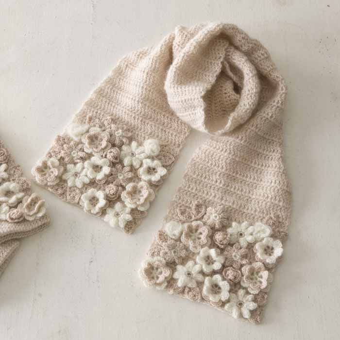 Crochet flowers appliquéd on scarf, not just a few, a buch of them pressed tightly together ~~ White and ecru ~~ Love this colour!! like tea with milk                                                                                                                                                     もっと見る