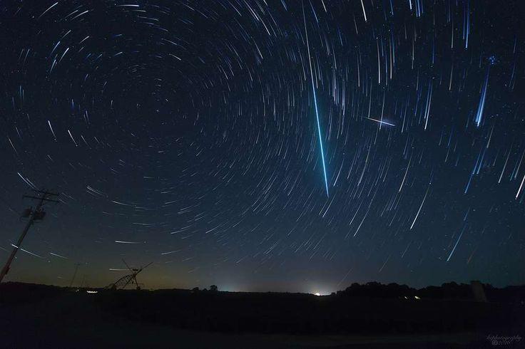 Au cœur de la nuit du 13 août 2016, en Virgine, un bolide étincelant a éclairé la surface durant une brève seconde. À l'arrière-plan, un beau filé d'étoiles créé par la rotation de la Terre. En...