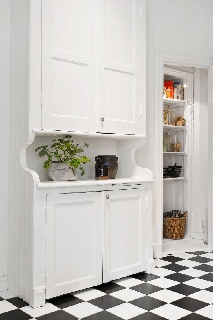 Bevarat serveringsskåp med kallskafferi intill