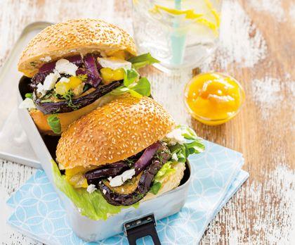 Hamburger-broodje met aubergine, tomaat en feta