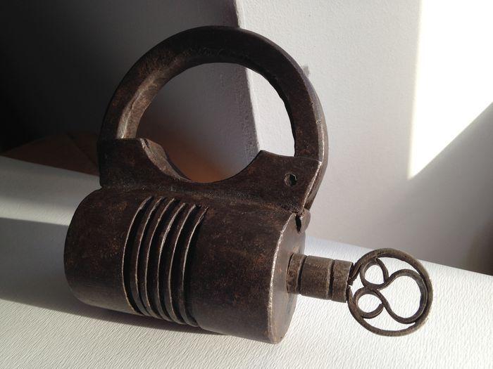Online veilinghuis Catawiki: Fors gesmeed ijzeren hangslot met schroefsleutel - ca.17/18e eeuw