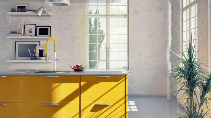 Keuken met geel kookeiland en moderne kraan Caressi Colours #caressi #geel #keuken #kraan