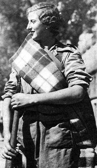 Description: Militia women with crossed blanket/Miliciana con manta cruzada Date: ? Place: ?