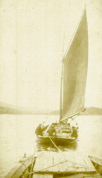 Histoire du Passage de Dinéault-Rosnoen. Un bag-Minou gréé en sloop remorque le bac.