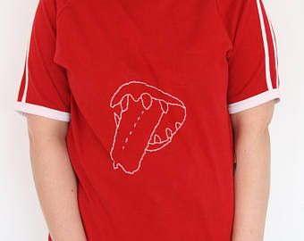 Hand embroidered second hand t-shirt by Pimped Rägs