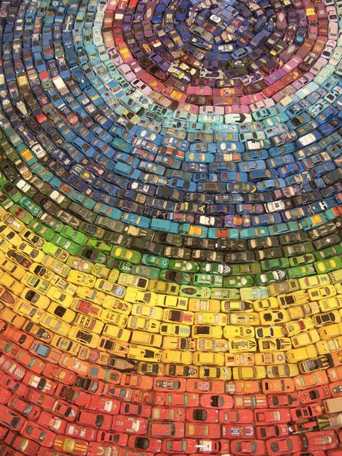 2,500台のミニカーで作った虹色のグラフィックアート「Car Atlas Rainbow」