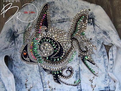 Купить или заказать Джинсовая куртка FiSH в интернет-магазине на Ярмарке Мастеров. Куртка выбеленная джинса 'варёнка'. Декор металлической фурнитурой разных цветов, размеров и форм, также декор нашивными камнями и стразами. Сделаны вставки тёмно-синей ткани, по текстуре напоминающей бархат (ткань ворсистая на ощупь). Работа выполнена вручную. Изготовление подобной работы на джинсе от 16 т.р. На коже от 24 т.р.