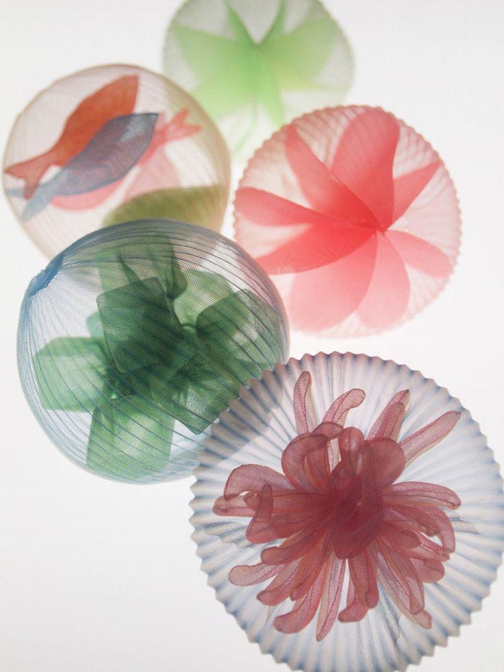 アメリカ、マサチューセッツ州に拠点を置いているMariko Kusumoto さん。 この方は熊本県のご出身のアーティストで、主に繊維、金属、樹脂を使った作品を生み出しています。 武蔵野美術大学をご卒業後サンフランシスコのAcademy of Art Universityを経て、その後も素敵な作品を