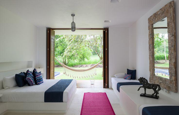 El blanco y los toques de color crean un ambiente de serenidad en las alcobas del primer piso, con salida al jardín y a la piscina.