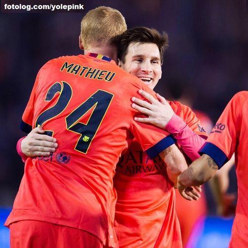 Celta de Vigo 0 - 1 Barcelona : Olá amigos,  Ontem o Barça enfrentou o Celta fora de casa, e suou pra ganhar de 1 x 0, gol do Mathieu, que graças a isso, ganhou esse abraço gostoso do Leo rs. Quarta-feira já tem outro jogo no Camp Nou, de agora em diante será uma sequencia massacrante de partidas, espero que Leo consiga se manter bem até o fim da temporada.  Ótima semana para todos | yolepink