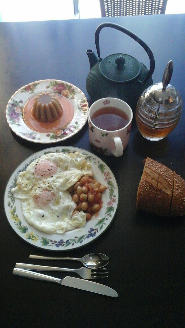 Καλημέρα, σήμερα το πρωινό μου είχε αυγά τηγανιτά με φασολάκια και φρέσκο ψωμί με λίγο τυράκι που έβγαλα μετά, πράσινο τσάι με μέλι και χαλβά σιμιγδαλένιο με σιρόπι από γλυκό σταφύλι!