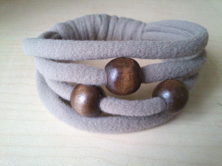 pulsera de trapillo y abalorios de madera