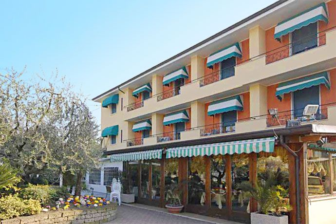 Hotel Italia - Garda ... Garda Lake, Lago di Garda, Gardasee, Lake Garda, Lac de Garde, Gardameer, Gardasøen, Jezioro Garda, Gardské Jezero, אגם גארדה, Озеро Гарда ... Welcome toHotel ItaliaGarda. Hotel Italia lies on the Panoramica that leads to Costermano, 900 m. far from the Lake of Garda and the town of Garda. This cosy and confortable hotel is managed by the Viola Family. You can find prestigious rooms for your holidays. Our sixten bedrooms are co