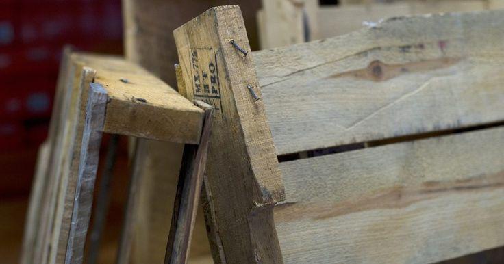 Como fazer uma cadeira de palete. Paletes de madeira, um material de construção simples usado para transporte, são frequentemente descartados quando não são mais necessários para as empresas. Os paletes também são uma fonte ideal de madeira para móveis. Cadeiras feitas a partir desse material adicionam estilo a todo o quarto, um loft urbano ou uma casa de campo. Cada cadeira ...