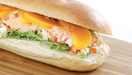 Sandwich krab cocktailsaus boursin perzik tuinkers