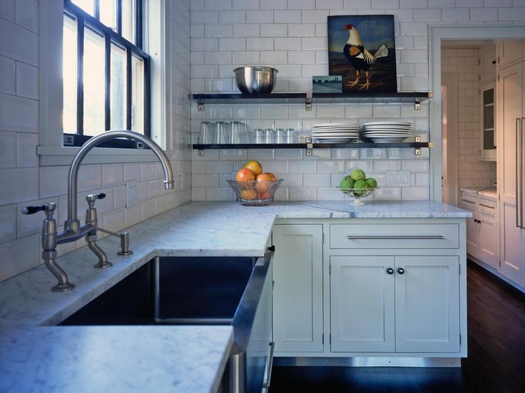 15 design ideas for kitchens without upper cabinets for Galley kitchen without upper cabinets