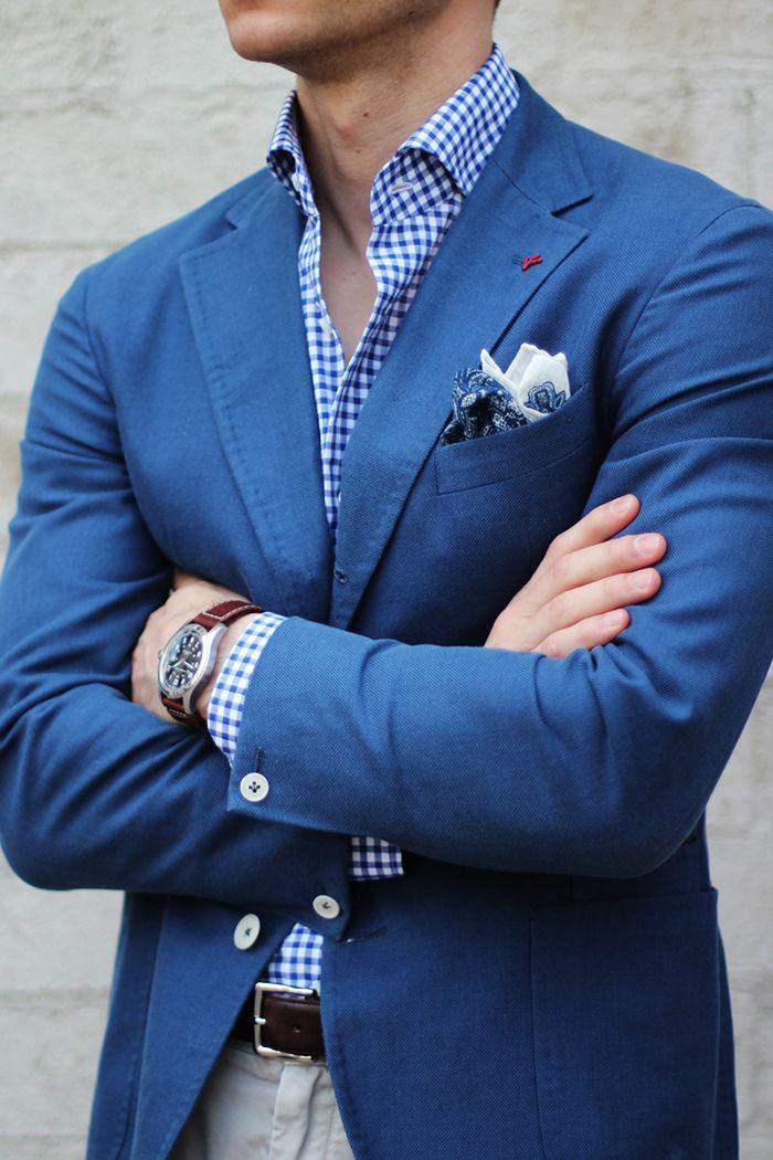 Uma boa combinação de blazer masculino com camisa xadrez.