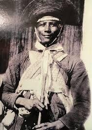 """CANGACEIRO ZÉ BAIANO-CONHECIDO PELa SUA CRUELDADE José Baiano (JB) foi um dos mais temíveis cangaceiros de Lampião. Era conhecido como """"o Diabo em forma de gente"""", pois era um sádico ferrador, que adorava marcar suas vítimas com suas iniciais em brasa. Ele ferrava as mulheres por inimizade ou por julgá-las com os cabelos e vestidos curtos demais. Zé Baiano era filho de cangaceiro e morreu a tiros pelo policial Antônio de Chiquinho, e depois foi esquartejado."""