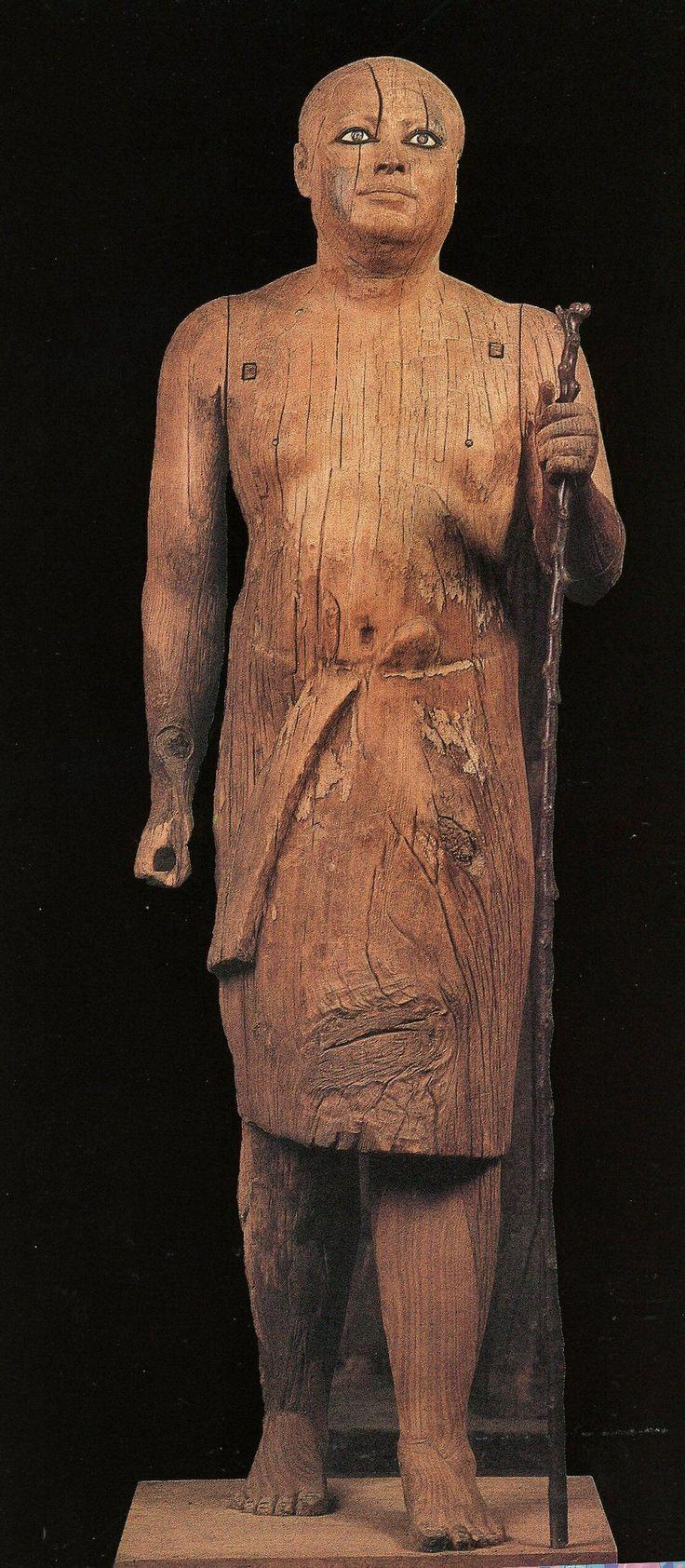 Statua di Ka-Aper -  antico regno 2460 a.C. - legno di sicomoro scolpito a tutto tondo - dalla mastaba di Ka-Aper, Saqqara - museo egizio, Il Cairo. La statua è nota come Sheik el-Beled, nome del sindaco del villaggio in cui fu ritrovata, somigliante alla statua. Le braccia sono scolpite a parte ed inserite nella struttura principale. Contrariamente ai canoni egiziani il corpo è tozzo e massiccio. Particolarmente espressivi sono i lineamenti del viso e gli occhi in pasta vitrea e cristallo.