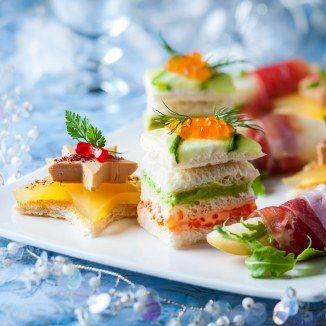 poivre, pignon, salade, vinaigre balsamique, huile d'olive, foie gras, raisins secs, jambon, pain de mie, tomate cerise, sel