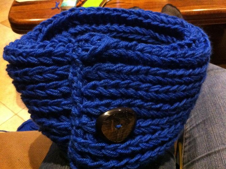 Pattentsteek, veritas Laura wol, 32 steken opgezet, 2 draden samen nemen en breien met breipriemen 10,  in de lengte samen genaaid en afgewerkt met een houten knoop
