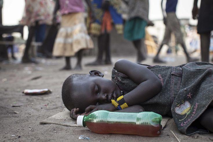 O fată doarme, în timp ce oamenii îşi văd de viaţa lor de zi cu zi în Minkammen, 25 km sud de Bor, Sudanul de Sud, miercuri, 8 ianuarie 2014. Războiul civil a izbucnit recent în această ţară. (  Nichole Sobecki / AFP  ) - See more at: http://zoom.mediafax.ro/people/viata-cotidiana-decembrie-2013-ianuarie-2014-11888975#sthash.UCCdnYAj.dpuf