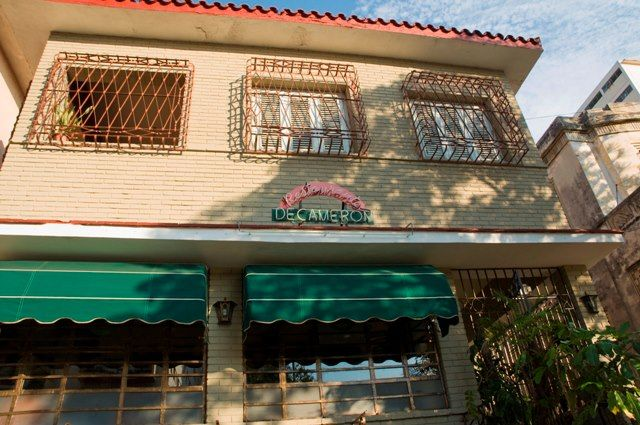 El Decamerón es un restaurante italiano íntimo y agradable situado cerca del Melía Cohiba y del Malecón.  Mientras degustas los deliciosos platos, una atmósfera que se sale de la vorágine urbana te envuelve, con viejas máquinas de escribir, obras de arte, relojes de péndulo y originales artefactos relacionados con el cine.