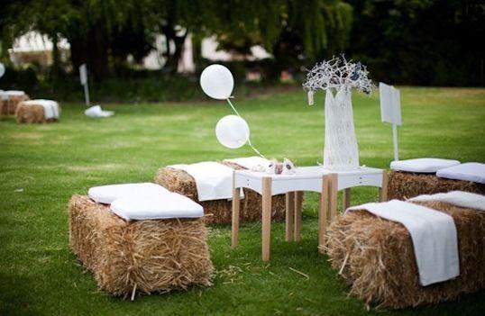 DIY Gartensitze aus heuballen als Einrichtung für gartenparty mit weißen kissen und couchtische holz