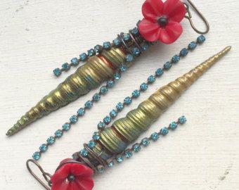 Handgemaakte oorbellen door mij met behulp van de volgende onderdelen:  Lampwork headpins (Pati Walton), Tsjechisch glas bloemen en messing oor draden (lood en nikkel vrij)  Lengte: ca. 3 met inbegrip van oor draad  Beleid hier: https://www.etsy.com/uk/shop/ButtonedUpBeads/policy  Rest van de winkel hier: https://www.etsy.com/uk/shop/ButtonedUpBeads?section_id=all