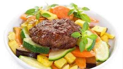 Karbonader med stekte grønnsaker og honning