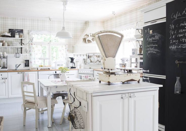 Mitä maalaisromanttiseen keittiöön kuuluu? Peiliovinen kaapisto, avohyllyjä…