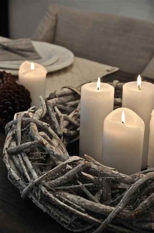 KAARSEN (EN OOK WAXINELICHTJES) EN DE HOUTEN KRANS VIND IK ERG MOOI. Houten krans met kaarsen | Tips: http://www.jouwwoonidee.nl/kerstkrans-maken/: