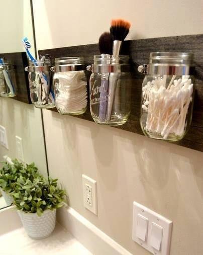 Reaproveite os potes de vidro como organizadores para o banheiro :)