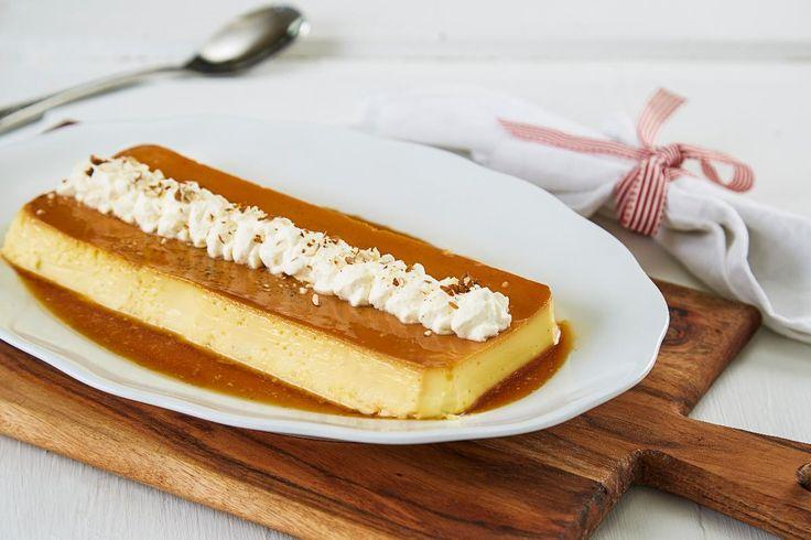 Karamellpudding er en populær gjenganger på alle dessertbord med særlige aner til jul. Med denne oppskriften tilfredsstiller du også de best vante ganene. 1 pudding passer til ca. 4 personer. Husk at puddingen trenger å stå kjølig minst et døgn før servering. 1 porsjon er til cirka 10 porsjoner.